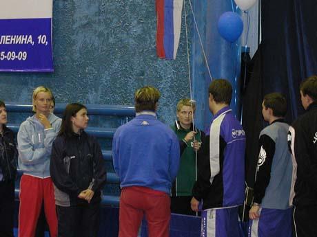 Поднятие флага, спиной Кузьмин Федор, поднимает Фадеева Оксана